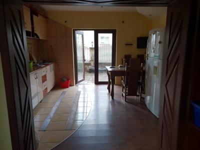 De inchiriat apartament 2 camere in casa