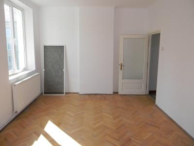 Vand apartament cu 2 camere in cartierul Tractorul